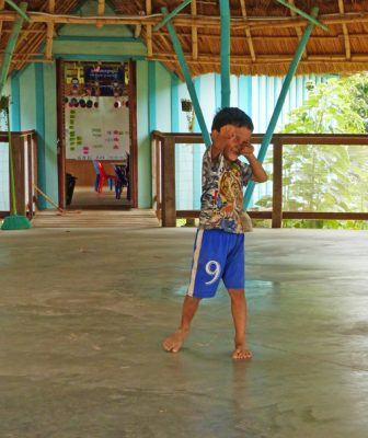 mission-humanitaire-cambodge-emmanuelle-pinelli-montpellier-management-jeune-garcon-boxe